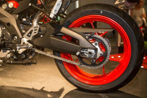 """2017 Aprilia Shiver xuất hiện """"ghênh chiến"""" Ducati Monster - 4"""