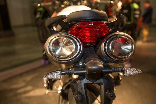 """2017 Aprilia Shiver xuất hiện """"ghênh chiến"""" Ducati Monster - 3"""