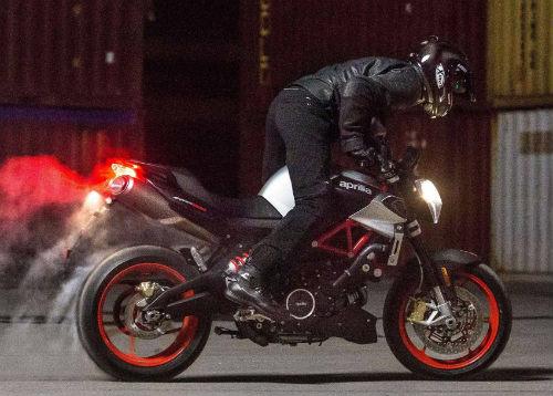 """2017 Aprilia Shiver xuất hiện """"ghênh chiến"""" Ducati Monster - 1"""