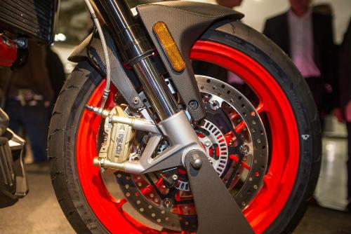 """2017 Aprilia Shiver xuất hiện """"ghênh chiến"""" Ducati Monster - 9"""