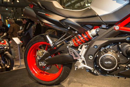 """2017 Aprilia Shiver xuất hiện """"ghênh chiến"""" Ducati Monster - 8"""
