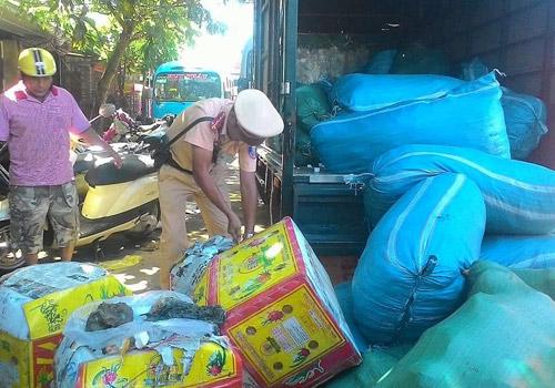 Huế: Bắt giữ hàng chục bao tải, thùng xốp nội tạng thối trên xe tải - 1