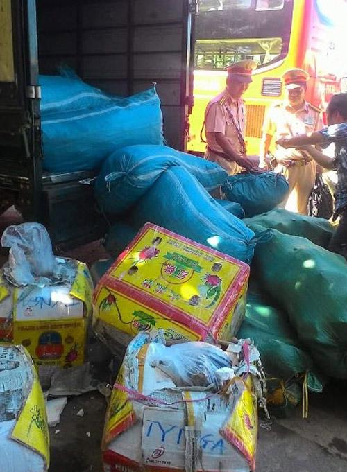Huế: Bắt giữ hàng chục bao tải, thùng xốp nội tạng thối trên xe tải - 2