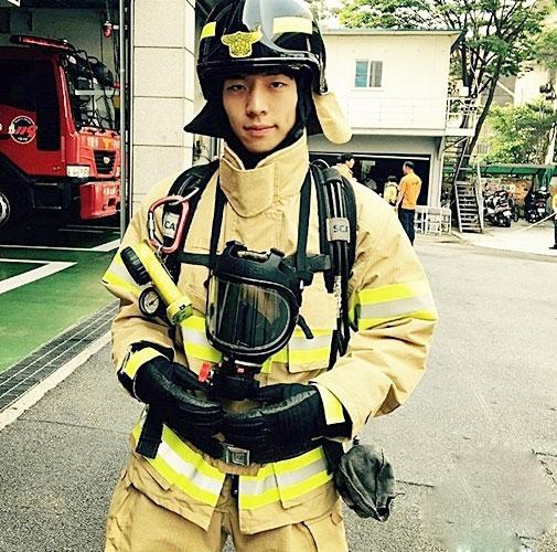 """Chàng lính cứu hỏa """"đẹp như Bi Rain"""" khiến chị em sôi sục - 1"""