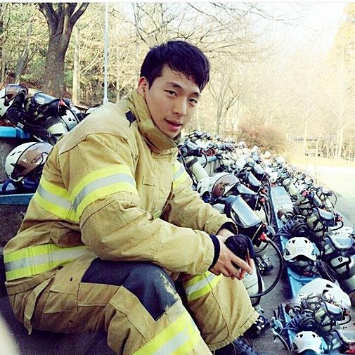 """Chàng lính cứu hỏa """"đẹp như Bi Rain"""" khiến chị em sôi sục - 5"""