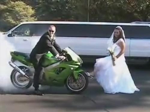 """Cặp đôi chụp ảnh cưới bằng màn đốt lốp cực """"độc"""" - 1"""