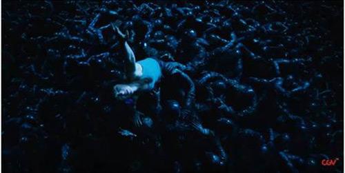 """""""Biểu tượng gợi cảm"""" Scarlett bốc lửa trong phim hành động - 5"""
