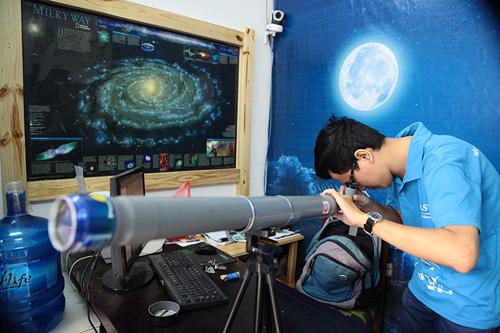 Giới trẻ săn siêu trăng bằng kính thiên văn… ống nước - 1