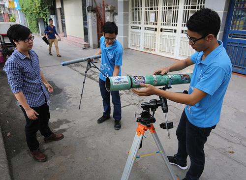 Giới trẻ săn siêu trăng bằng kính thiên văn… ống nước - 4