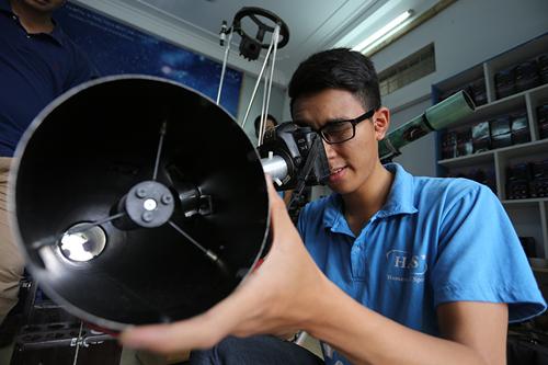 Giới trẻ săn siêu trăng bằng kính thiên văn… ống nước - 7