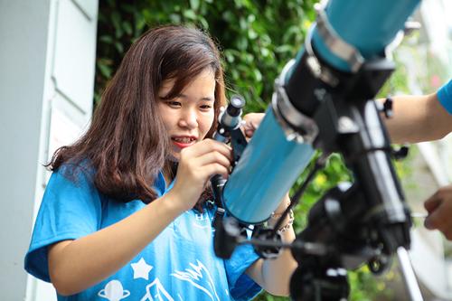 Giới trẻ săn siêu trăng bằng kính thiên văn… ống nước - 11