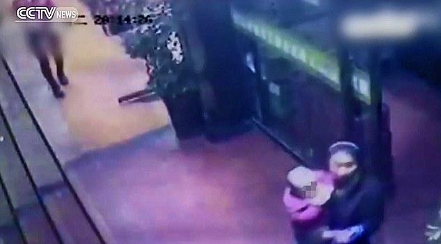 """TQ: """"Mẹ mìn""""  bắt cóc con của khách ngay giữa quán ăn - 1"""
