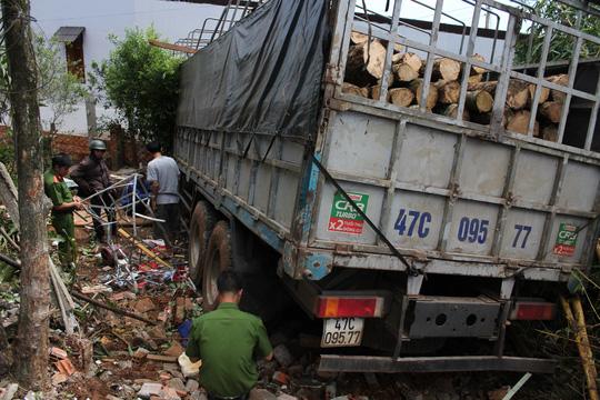 Xe tải đâm vào 4 nhà dân, 1 người chết - 1