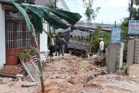 Xe tải đâm vào 4 nhà dân, 1 người chết - 2