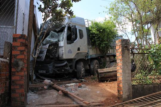Xe tải đâm vào 4 nhà dân, 1 người chết - 3