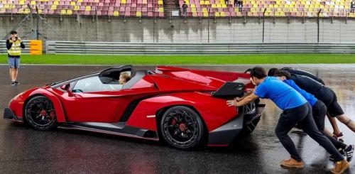 Lamborghini Veneno Roadster chết máy phải nhờ người đẩy nổ - 1