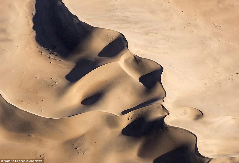 Mặt người khổng lồ xuất hiện trên sa mạc - 1