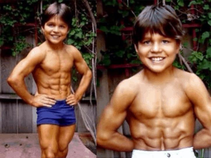 """Ảnh hiện tại cậu bé 8 múi """"tiểu Hercules"""" từng gây sốc - 1"""