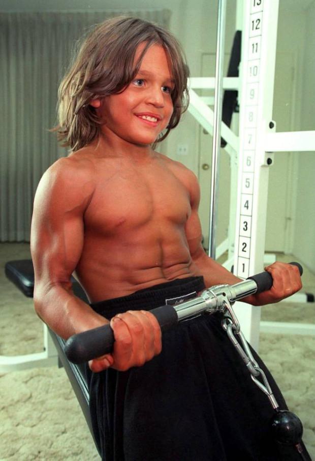 """Ảnh hiện tại cậu bé 8 múi """"tiểu Hercules"""" từng gây sốc - 3"""