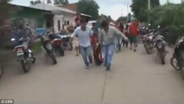 Bolivia: Kẻ hiếp dâm bị dân lôi khỏi nhà giam, treo cổ - 3