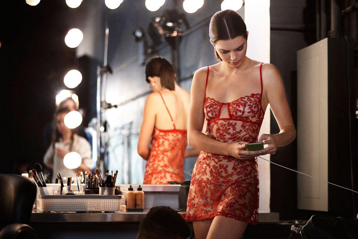 Kendall Jenner hé lộ hình ảnh hậu trường chụp nội y gợi cảm - 3