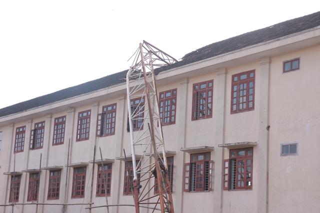 Sập cần cẩu ở Nghệ An: Nhiều học sinh hoảng loạn - 1