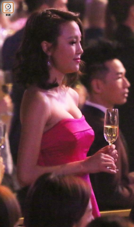 Mỹ nhân HK đua nhau mặc đồ khoét xẻ nóng bỏng - 6