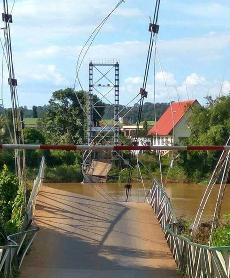 Sập cầu treo ở Đồng Nai, nhiều người rơi xuống sông - 1