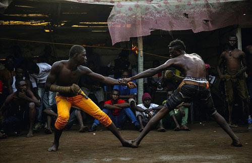 """""""Võ bùa"""" châu Phi: Môn đấu nguy hiểm chẳng kém UFC - 4"""