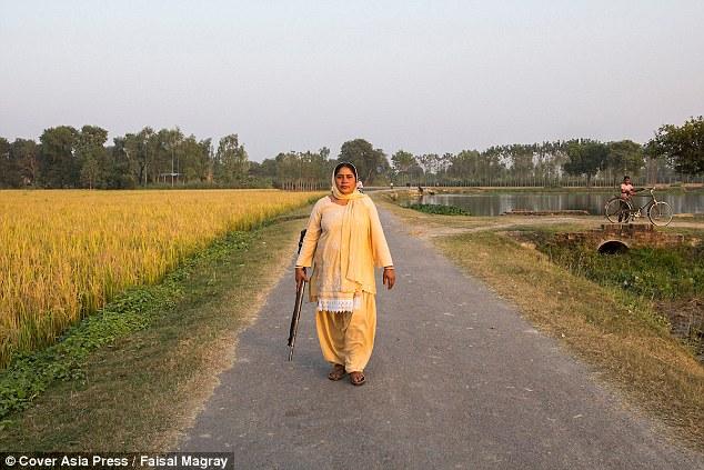 """Ấn Độ: Người phụ nữ cầm súng chuyên """"xử"""" kẻ hiếp dâm - 2"""