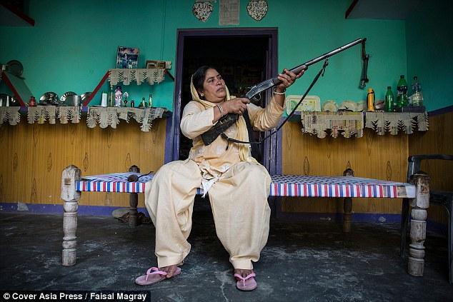 """Ấn Độ: Người phụ nữ cầm súng chuyên """"xử"""" kẻ hiếp dâm - 3"""