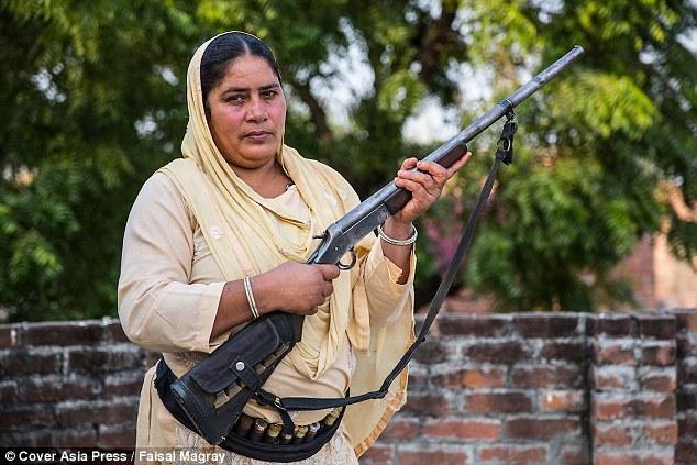 """Ấn Độ: Người phụ nữ cầm súng chuyên """"xử"""" kẻ hiếp dâm - 1"""