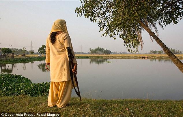"""Ấn Độ: Người phụ nữ cầm súng chuyên """"xử"""" kẻ hiếp dâm - 4"""