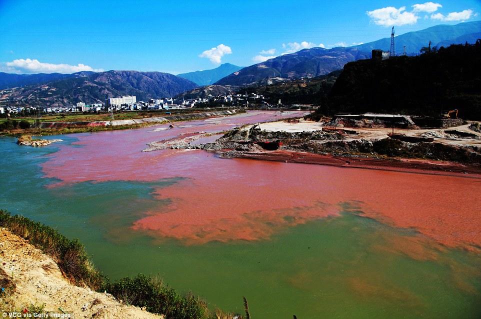 """Dòng sông """"máu"""" bí ẩn ở Trung Quốc - 1"""