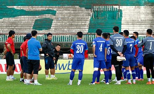 ĐT Việt Nam tập trên sân đầy chim hót véo von ở Myanmar - 1