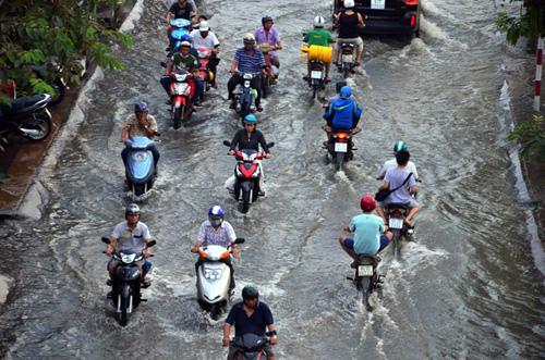 Đường sóng sánh nước, người Sài Gòn bì bõm lội về nhà - 3