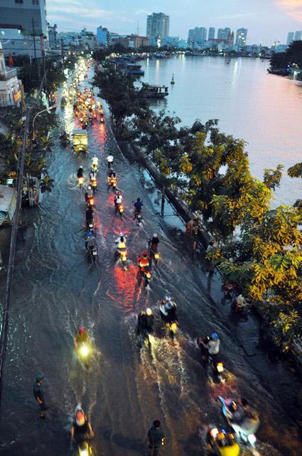 Đường sóng sánh nước, người Sài Gòn bì bõm lội về nhà - 4