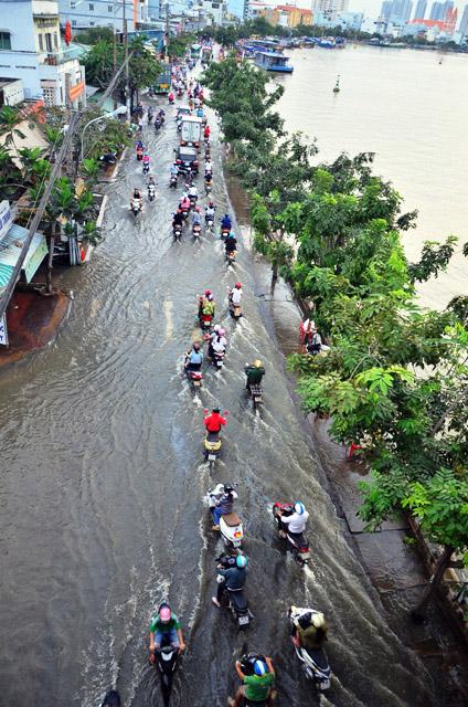 Đường sóng sánh nước, người Sài Gòn bì bõm lội về nhà - 1