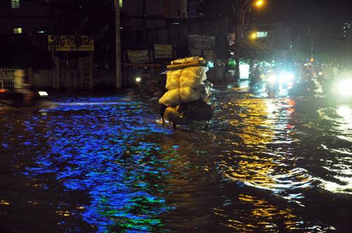 Đường sóng sánh nước, người Sài Gòn bì bõm lội về nhà - 9