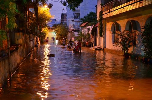 Đường sóng sánh nước, người Sài Gòn bì bõm lội về nhà - 5