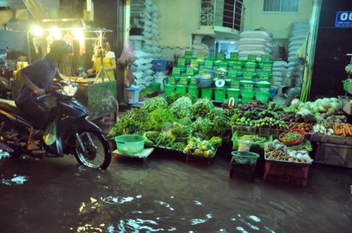 Đường sóng sánh nước, người Sài Gòn bì bõm lội về nhà - 7