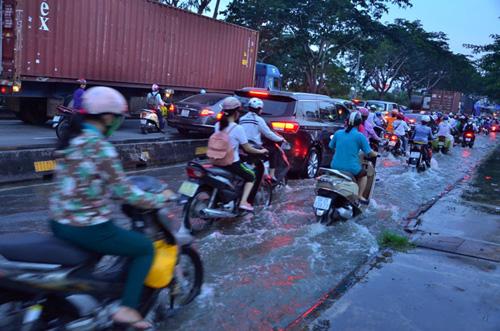 Đường sóng sánh nước, người Sài Gòn bì bõm lội về nhà - 6