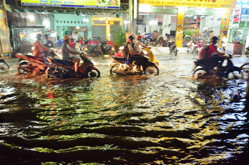 Đường sóng sánh nước, người Sài Gòn bì bõm lội về nhà - 10