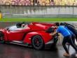 Lamborghini Veneno Roadster chết máy phải nhờ người đẩy nổ