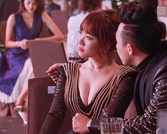 Hình ảnh gợi cảm, sexy của Hari Won ngày càng được thể hiện rõ rệt kể từ khi hẹn hò Trấn Thành. Tại các sự kiện sánh đôi cùng bạn trai, Hari thường khiến các đấng mày râu không thể rời mắt bởi những chiếc đầm bó sát, cùng đường xẻ sâu khoe vòng một đẫy đà.