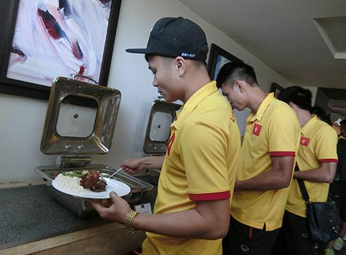 ĐT Việt Nam ở Myanmar: Được ăn ngon quá lại sợ...béo - 2