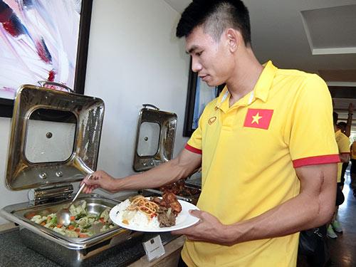 ĐT Việt Nam ở Myanmar: Được ăn ngon quá lại sợ...béo - 3