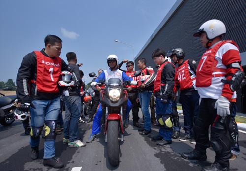 Hàng trăm xe phân khối lớn hội tụ tại trường đua quốc tế Sepang - 1