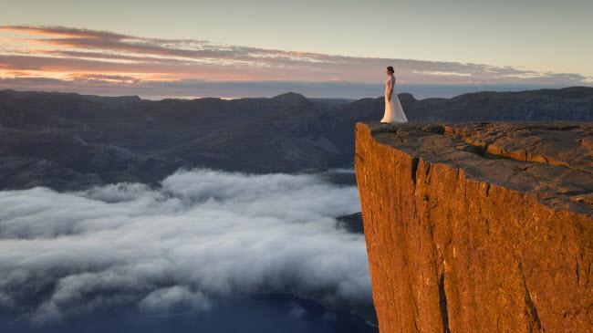 Nhiếp ảnh gia Karol Nienartowicz và vợ đã di chuyển 10.000 km trong 45 ngày để chụp ảnh cưới tại những địa điểm có phong cảnh đẹp như mơ ở Na Uy và Thụy Điển.