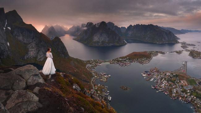 Cặp đôi mới cưới đã đặt chân tới những địa điểm hẻo lánh và có phong cảnh tuyệt đẹp ở Na Uy và Thụy Điển.